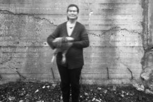 ασπρόμαυρη φωτογραφία, γυναικα κρατάει μια κότα