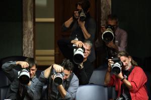 φωτογράφοι κρατάνε φωτογραφικές μηχανές