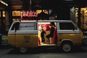 γονείς και μικρός αγόρι μέσα σε ένα photo bus, Iran