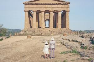 ζευγάρι κοιτάει εναν αραίο ναό
