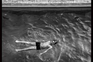 μαυρόασπρη φωτογραφία, παιδι κολυμπάει σε ύπτια θέση