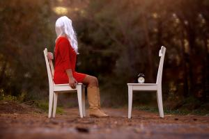 γυναίκα καθισμενη σε καρέκλα, καρέκλα με ξυπνητήρι