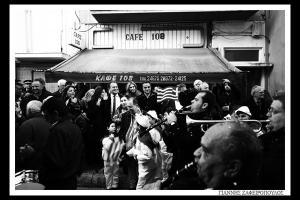 ασπρόμαυρη φωτογραφία, παρέλαση, μπάντα του δήμου, κόσμος μαζεμένος που κοιτάει