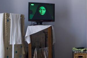 γυναίκα με μαντήλα, τηλεόραση