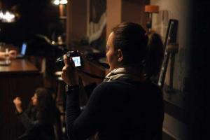 φωτογραφία μίας κοπέλας με φωτογραφική μηχανή εν ώρα μαθήματος