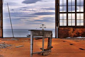 εσωτερικο εγκαταλελλειμένου κτηριου, θάλασσα