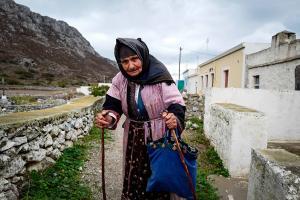 Αυλώνα Ολύμπου, Κάρπαθος, ηλικιωμένη γυναίκα
