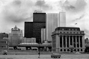 ασπρόμαυρη φωτογραφία μίας πόλης