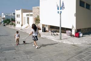 γυναίκα κρατάει απο λουράκι το σκυλί και το παιδί της