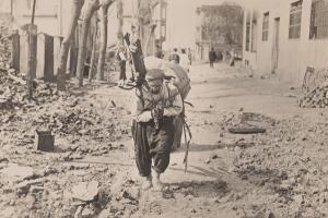 ανθρωπος σηκώνει φορτίο στη πλάτη του, φωτογραφία αρχείου