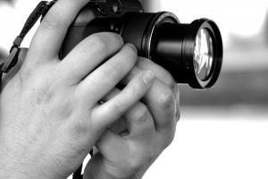 άνδρας κρατάει φωτογραφική μηχανή