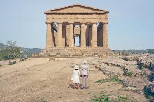 agrigento, ζευγάρι μπροστά σε αρχαίο ναό