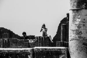 άντρας και γυναίκα βγάζουν φωτογραφίες σε αρχαιολογικό χώρο