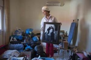 Ανάργυροι Φλώρινας: Κάτοικος μαζεύει τα υπάρχοντά της για να μετεγκατασταθεί αναγκαστικά, μαζί με όλο τον πληθυσμό του χωριού, μετά την κατολίσθηση σε ορυχείο της ΔΕΗ στο Αμύνταιο τον Ιούνιο του 2017