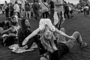 ασπρόμαυρη φωτογραφία ανθρώπων σε υπαίθριο χώρο - φωτογραφία: Παναγιώτης Κασίμης