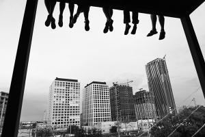 ασπρομαυρη φωτογραφία αστικού τοπίου, κτήρια, πόδια ανθρώπων