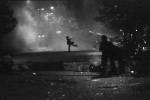 Homme lançant un projectile, nuit