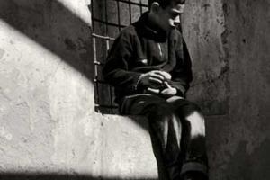 ασπρόμαυρη, παιδί κάθεται σε παράθυρο